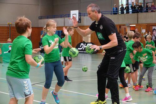 Nationalspielerinnen und Bundestrainer begeistern beim AOK-Startraining